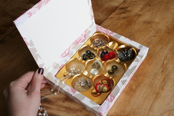 Pudełko na czekoladki można wykorzystać do przechowywania biżuterii.