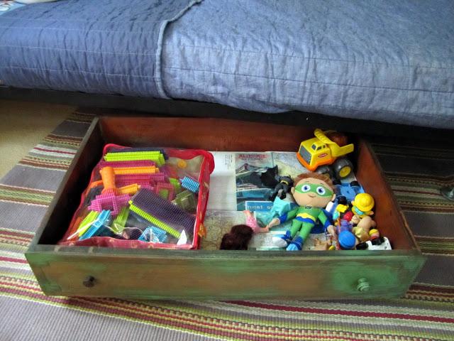 Wykorzystaj przestrzeń pod łóżkiem do przechowywania zabawek i innych przedmiotów