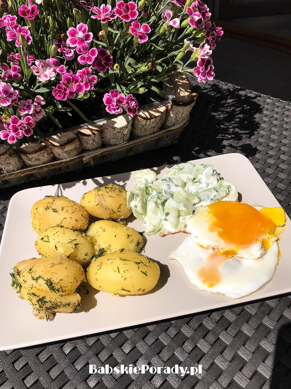 ziemniaki z jajkiem, ziemniaki z jajkiem i mizerią, pomysł na obiad, szybki obiad