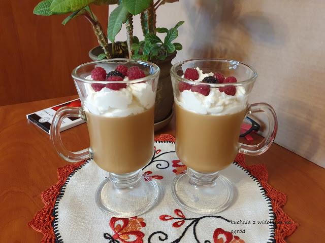 Deser kawowy z bitą śmietaną i malinami