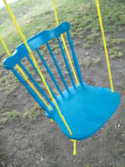 Huśtawka ze starego krzesła