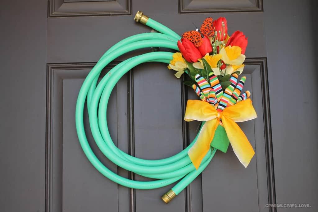 Ozdoba na drzwi z węża ogrodowego